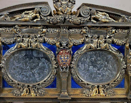 Cofanetto Farnese. Gilded box of Cardinal A. Farnese (ca. 1547-1561). Detail: close-up of two rock crystal plaques with battle scenes by Giovanni dei Bernardi (ca. 1543-1544).
