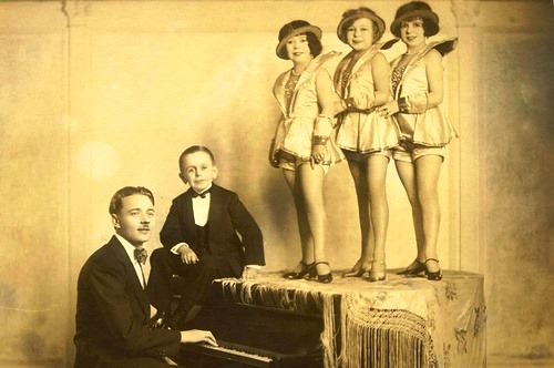 Kasemann, seated at the piano, with Willie Rolle, Auguste Pick, Anna Rockel and Olga Pick
