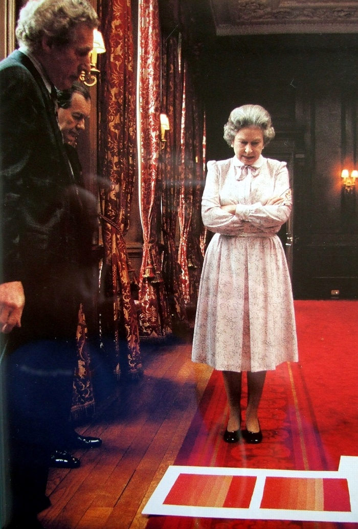 Published in magazine 'Anglia' (4-1992). The Queen chooses the upholstery fabrics for the decoration of the Holyroodhouse Palace in Edinburgh