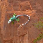 A sculpture of a lizard