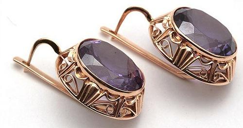 Gold earrings with corundum