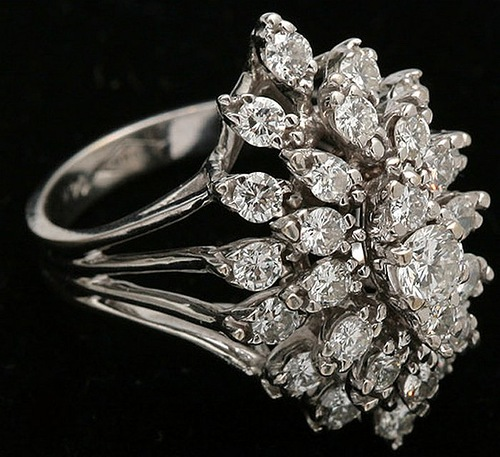An elegant gold ring with natural diamond