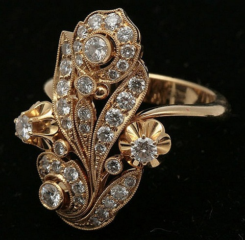 Gold ring with diamonds in Art Deco style. Notable items at the auction included also a Chinese set of a silver bracelet and a pair of rings for over $100,000. However, the showstopper was her favorite pair of earrings featuring a 7 carat diamond, earning over $220,000. This is only 3% of jewelry collection of a soviet Russian singer Lyudmila Zykina.