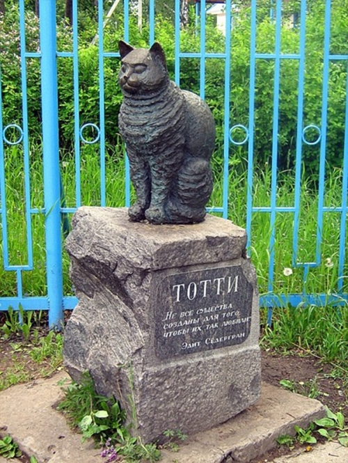 Monument to cat Totti, Russia. Cats monuments