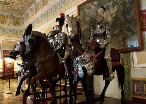 In the center of the hall there are the figures of knights in armor of the XVI century, on horseback, covered by armor. This cavalcade appearance recreates medieval armies ready for a fight or contest