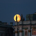 Impressive photo of a statue against the full moon