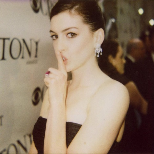 Anne Hathaway wears Verdura's diamond 'Chandelier' earclips and rubellite and diamond 'Looped' ring to the 2009 Tony Awards