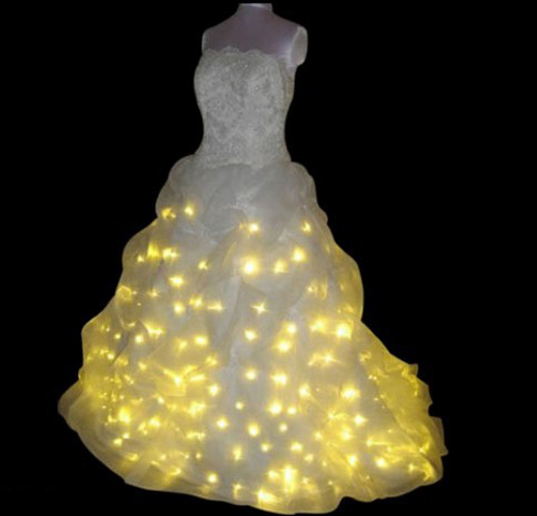 In skirt of wedding dress sewn more than three hundred LEDs, and the wires hidden in the lush skirt batteries