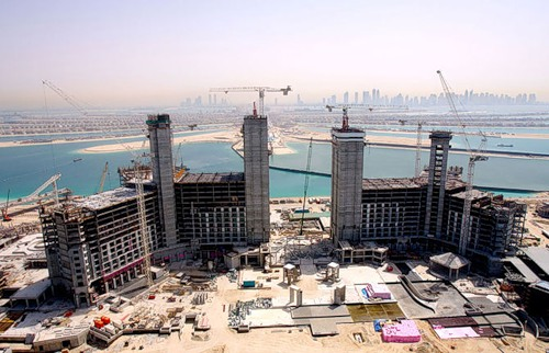 For example, here is the Atlantis Hotel – one of the most interesting, popular and controversial hotels in the Emirates. In the process of construction