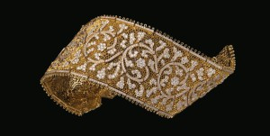 One of the Masterpieces presented in Moscow, the Valencienne Bracelet, reproducing a French Lace in gold and diamonds