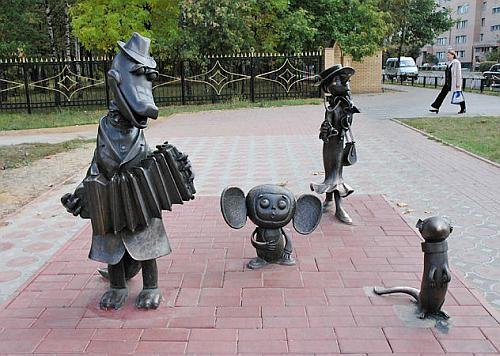 Cheburashka and crocodille Gena. Positive monuments of cartoon characters in Ramenskoye