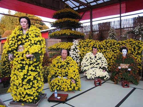 Looking so realistic Japanese dolls made of flowers Kiku ningyo