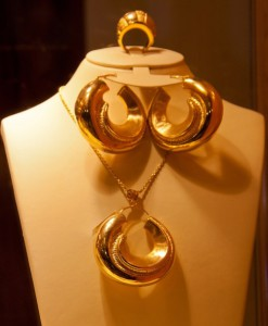 Earrings and pendant of gold