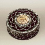 Snuffbox 'Lisette'. Gold, silver, diamonds, diamonds, emeralds, enamel, stamping, painting. Scarf, Johann Gottlieb. Russia. St. Petersburg. 1780s.