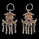 Golubtsy - massive earrings resembled the silhouette stylized figures of one or two doves facing each other's backs.