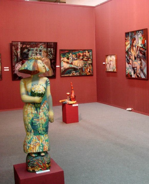 Sculpture and painting at the exhibition of artworks by Olga Trushnikova