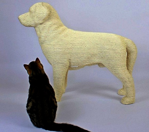 Lumpi the Dog scratchpost for cats by Erik Stehmann