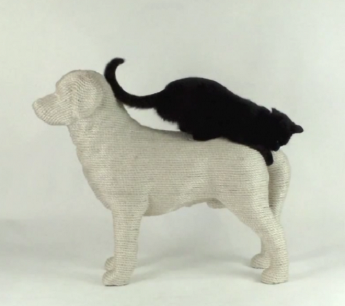 Labrador retriever Lumpi - the Dog scratchpost for cats by Dutch designer Erik Stehmann