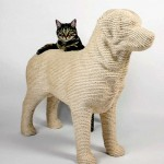 While Lumpi is not moving, growling, or barking, any cat can test it for strength. Labrador retriever Lumpi – the Dog scratchpost for cats by Dutch designer Erik Stehmann