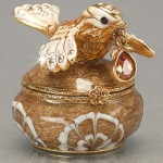 Jewellery box in the form of a pot and a bird sitting on it