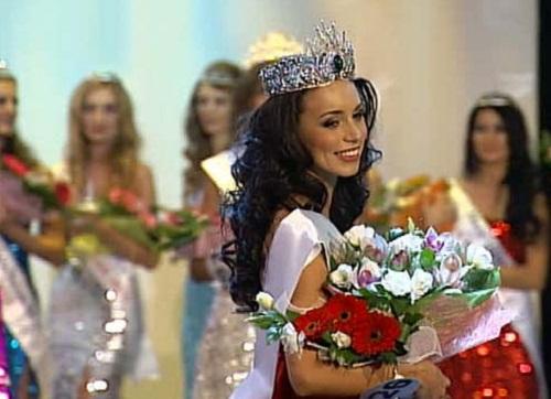 Smiles to the audience. Russian beauty Elina Kireeva