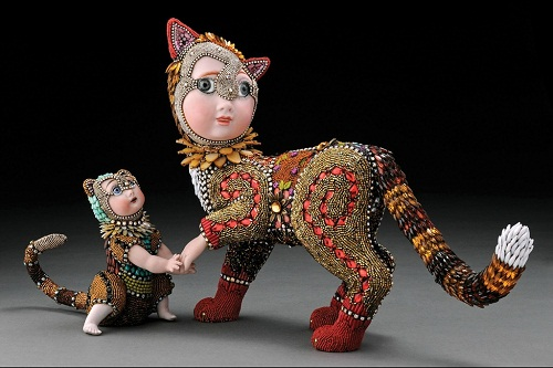Mother cat with a kitten. Jewelry sculpture covered with mosaic of bead by American artist jeweler Betsy Youngquist