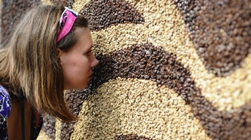 Smelling coffee beans passers-by. Painting 'Awakening' by Moscow artist Arkady Kim – a new Guinness Book record