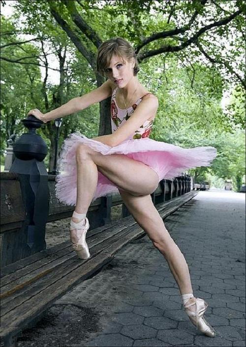 Flexible ballerina Keenan Kampa in the park
