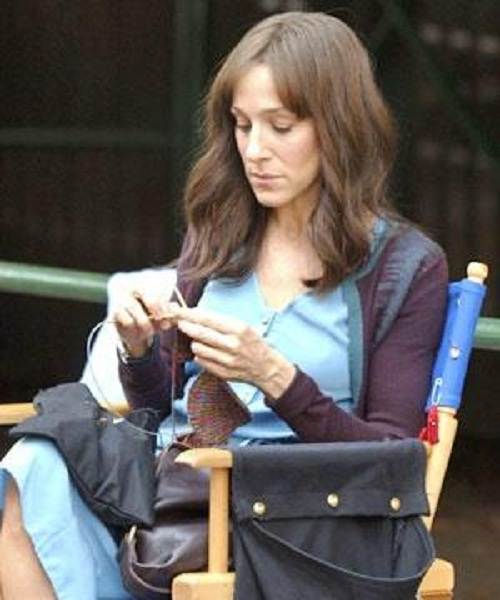 Film star Sarah Jessica Parker knitting