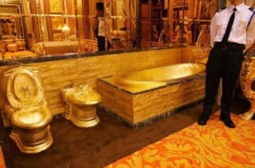 """Gold bath. Jewellery shop """"Golden House"""" of Hong Kong"""