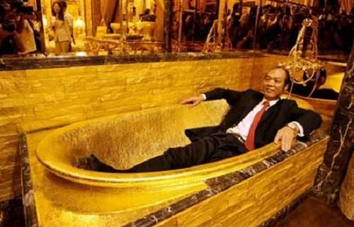 """Taking a gold bath. Jewellery shop """"Golden House"""" of Hong Kong"""