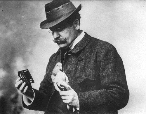 Julius Neubronner with a dove and a camera (1914)
