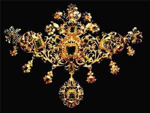 Necklace. About 1670. Gold, emeralds, diamonds, enamel. Victoria and Albert Museum London