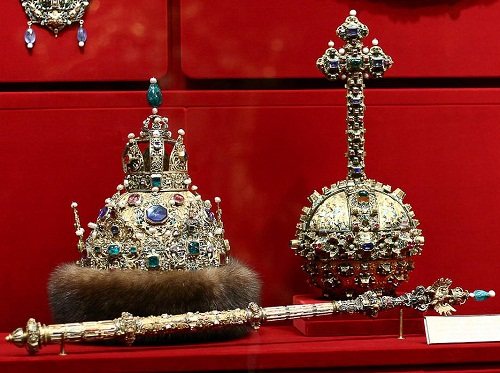 "The crown. ""Great outfit."" Astrakhan hat. 1627. Gold, precious stones, pearls, fur, molding, stamping, engraving, carving, kanfarenie"