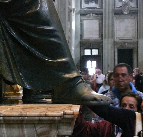 Monuments people rub and kiss. El deolon de San Piero - the most touched and rubbed statue in the world