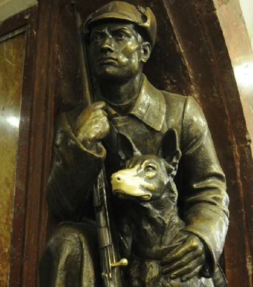 The most popular statue - the frontier guard with a dog. Ploshchad Revolyutsii, Moscow Metro