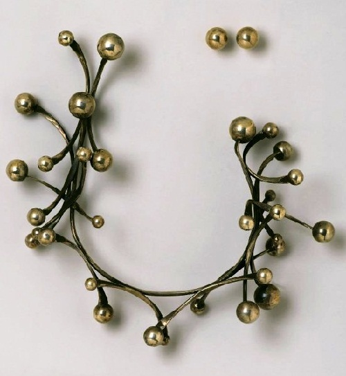 Necklace and earrings Galaxy, 1962. Smith impressed and fascinated by the space age. Woman's neck surround orbit satellites on which they ride.