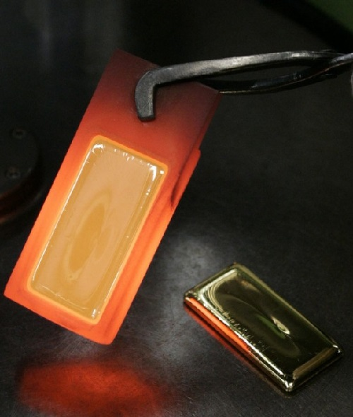 World bank reserves estimated at 31 000 tons of gold. In the photo - the red-hot 500 gram bar of gold in Japanese jewelry factory Tanaka.