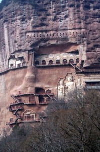 They are carved on the southern slope of the mountain, at an altitude of 80 m from the foot