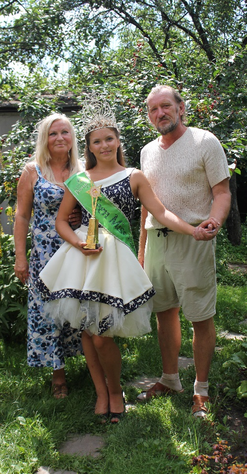 Beauty Nastya with her grandparents, who support her in all competitions. Photo by Anna Fradkova