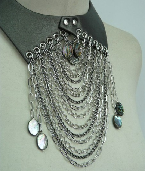 Leather collar decorated with slver chains
