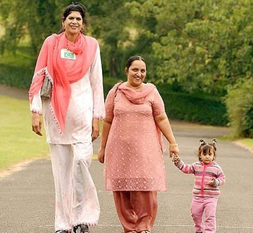 28-year-old Pakistani Zainab Bibi, whose height reaches 218 cm, is a candidate for the Guinness Book of Records