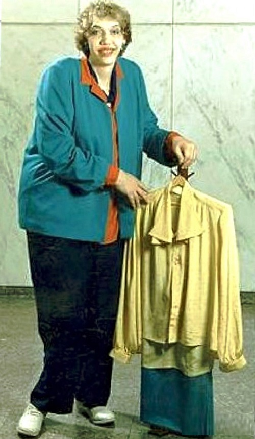Sandy Allen (June 18, 1955 – August 13, 2008) was considered one of the tallest women in the world – 2 m 33 cm