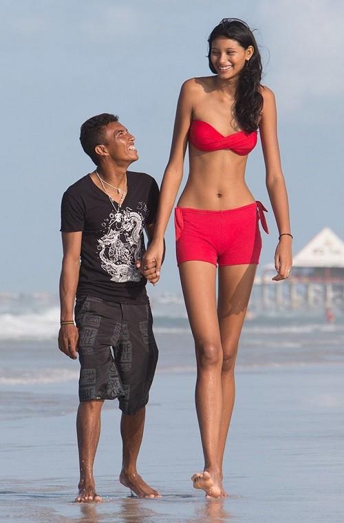 Tallest girl in the world 18-year-old Elsani da Cruz Silva has growth 203 centimeters. While her boyfriend 23-year-old Frantsinaldo da Silva is barely 163 centimeters