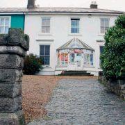 After a divorce from her third husband, Australian guitarist Steve Cooney, Sinedd bought a house in Bray