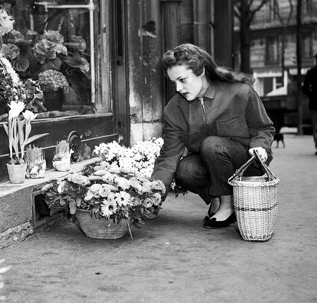 Choosing flowers Jeanne-Moreau