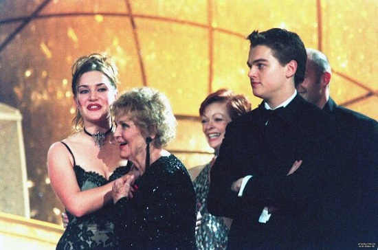 Kate Winslet, Gloria Stuart, Frances Fisher and Leonardo DiCaprio at the Golden Globe, 1998